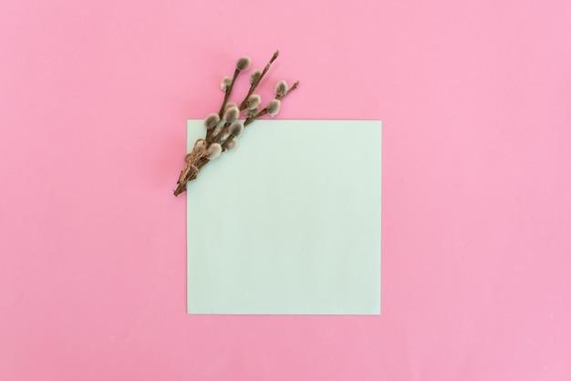 Buquê de rosas macias-de-rosa com um cartão em branco e envelope em branco fundo de madeira rústico Foto Premium