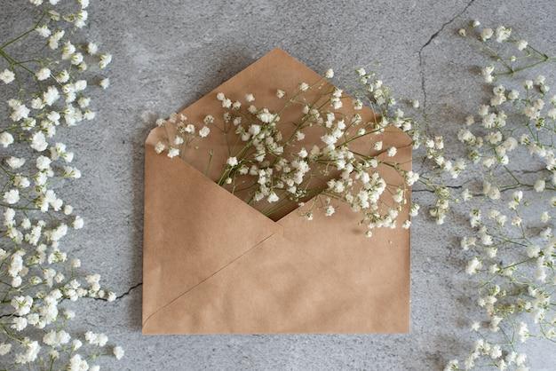 Buquê de rosas rosa concursos com um cartão em branco e envelope Foto Premium