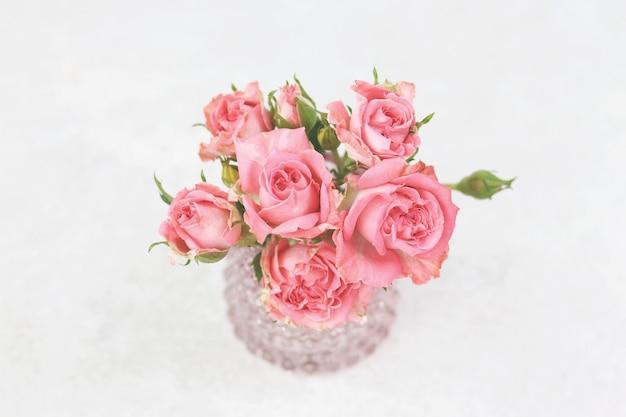 Buquê de rosas rosa em cinza Foto Premium