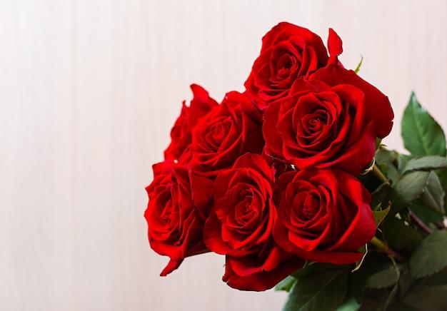 Buquê de rosas vermelhas para dia dos namorados Foto gratuita