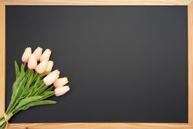 Buquê de tulipa colocado no quadro do quadro-negro Foto Premium