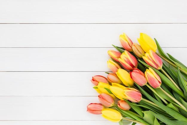 Buquê de tulipas primavera em madeira branca. vista de cima, copie o espaço Foto Premium