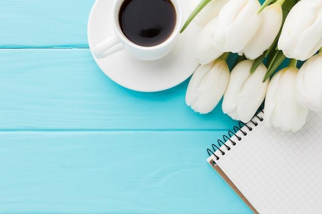 Buquê de vista superior de flores tulipa e café Foto gratuita