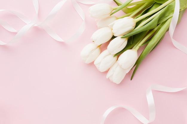 Buquê de vista superior de tulipa flores elegantes tons de rosa Foto gratuita