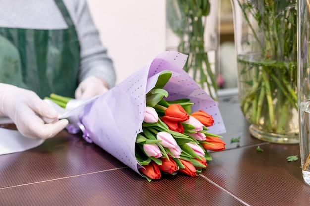 Buquê elegante de close-up com tulipas Foto gratuita