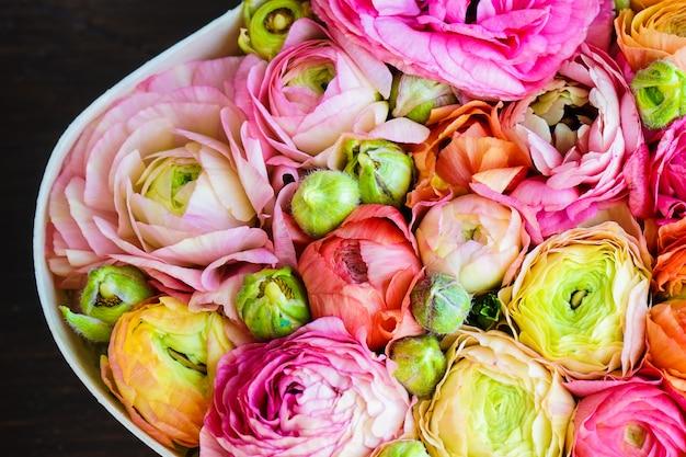 Buquê em forma de coração com flores de anêmona Foto Premium