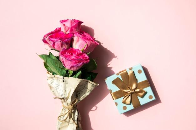 Buquê simplista de flor e presente Foto gratuita
