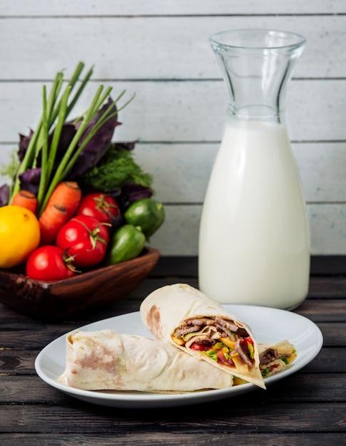 Burito de carne com leite na mesa Foto gratuita