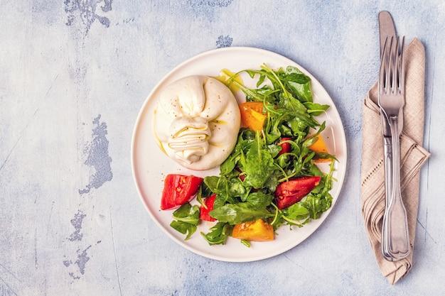 Burrata de queijo italiano com legumes frescos Foto Premium
