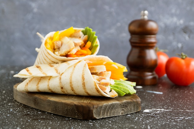 Burrito com frango grelhado e legumes (fajitas, pão pita, shawarma) Foto Premium