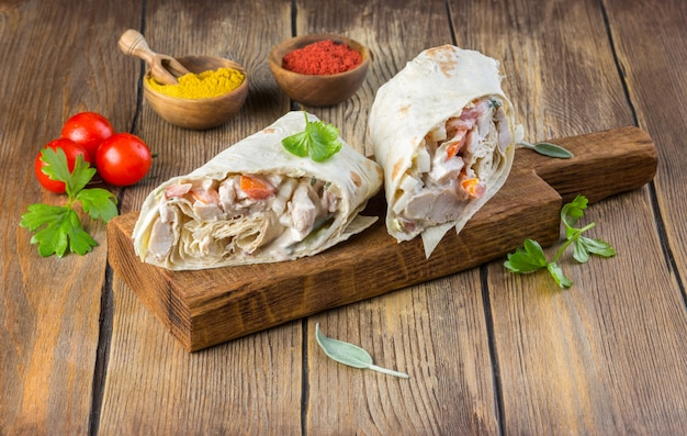 Burrito mexicano saboroso com legumes, salsa picante e limão Foto Premium