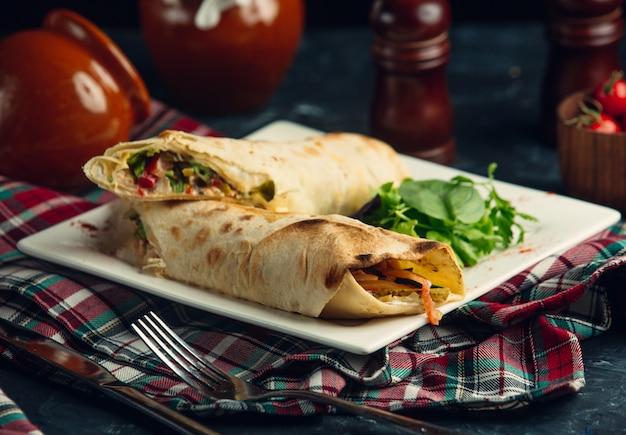 Burrito vegano com molho e salada Foto gratuita