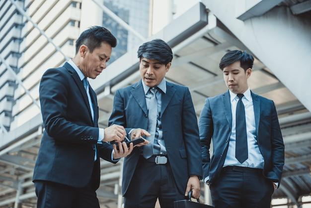 Businesspeople, usando, telefone móvel, em, a, corredor, de, um, centro negócio, pronunciado, borrão moção Foto Premium