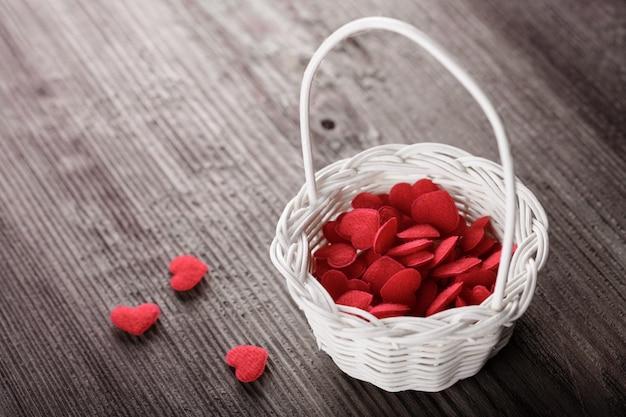 Busket com corações vermelhos. conceito de amor. Foto Premium