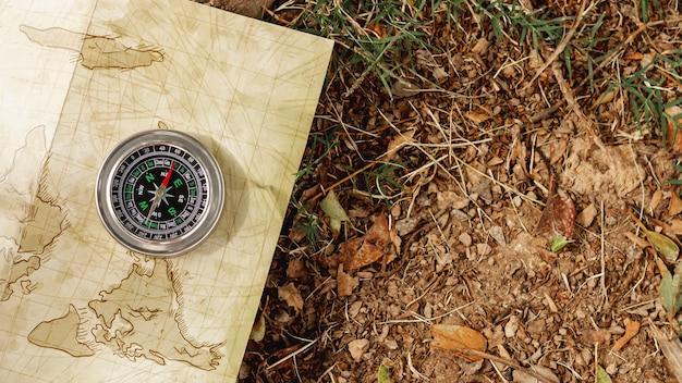 Bússola da vista superior no mapa do viajante Foto gratuita