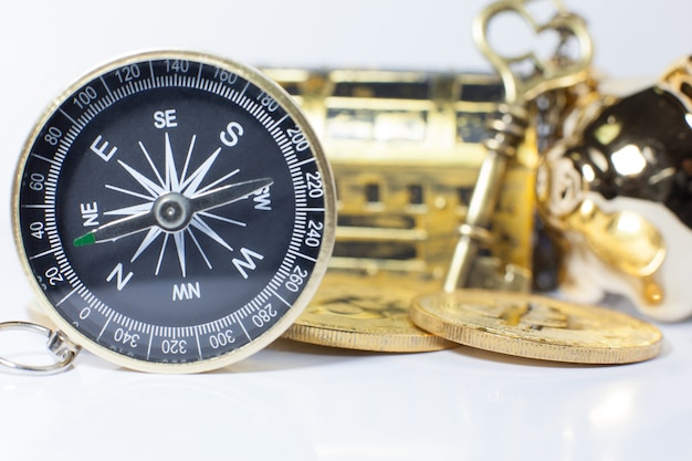 Bússola de ouro orientando o investimento empresarial Foto Premium