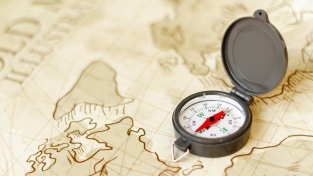 Bússola de viagem de alto ângulo no mapa Foto gratuita