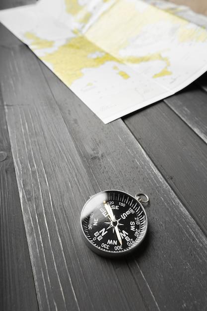 Bússola no fundo da mesa de madeira Foto Premium