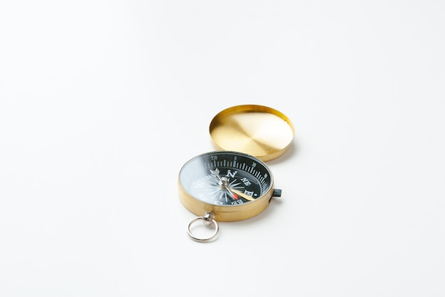 Bússola vintage dourada isolada no branco Foto Premium
