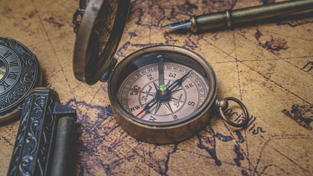Bússola vintage no mapa do mundo antigo Foto Premium