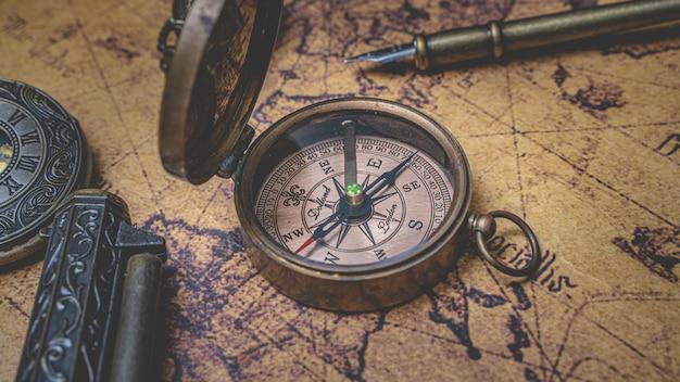 Bússola vintage no mapa do velho mundo Foto Premium