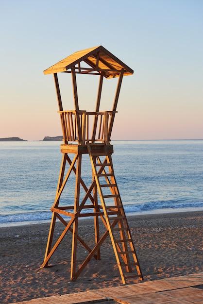 Cabana de madeira de praia na espanha para guarda costeira. Foto gratuita