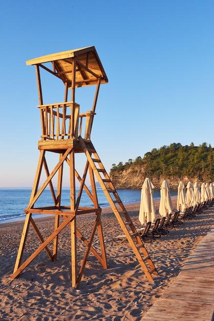 Cabana de madeira de praia para guarda costeira. céu emocionante Foto gratuita