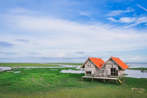 Cabana gêmea com campo verde no parque das aves aquáticas de thalay noi, phatthalung, tailândia. Foto Premium
