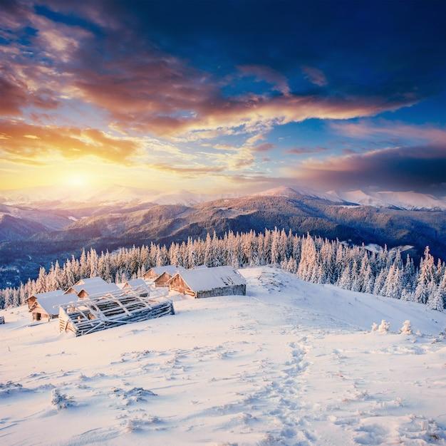 Cabana nas montanhas no inverno. cárpatos, ucrânia europa Foto Premium