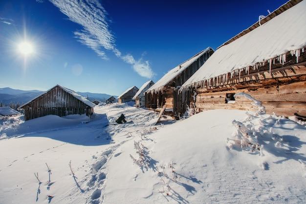 Cabana nas montanhas no inverno Foto Premium