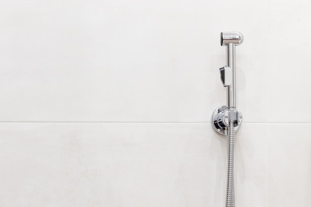 Cabeça de chuveiro bidé com espaço de cópia. interior de casa de banho moderna. Foto Premium