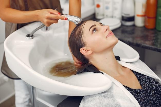 Cabeça de lavagem de mulher em um hairsalon Foto gratuita