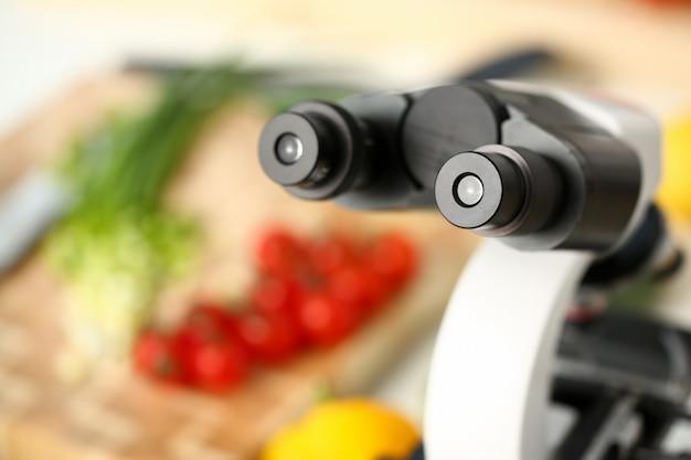 Cabeça do microscópio no fundo da cozinha Foto Premium