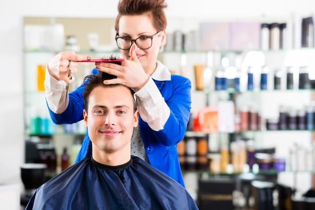 Cabeleireiro, corte, cabelo homem, em, barbearia Foto Premium