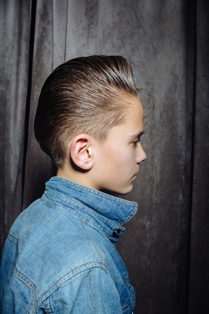 Cabeleireiro de cortes de cabelo de adolescente na barbearia Foto Premium