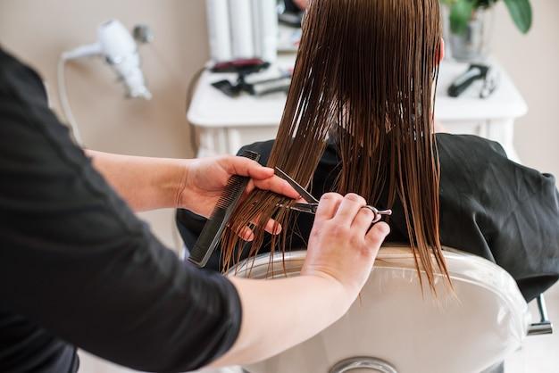 Cabeleireiro de estilista fazendo o corte de cabelo closeup de equipamentos de trabalho Foto Premium
