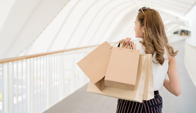 Cabelo comprido linda garota ela está feliz comprando no shopping de rua Foto Premium