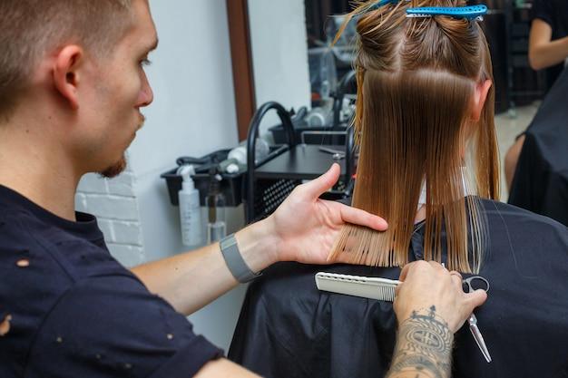 Cabelo cortado no salão de cabeleireiro Foto Premium