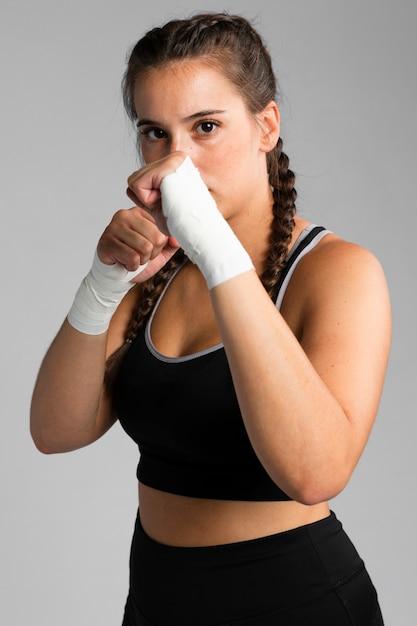 Caber mulher em posição de combate Foto gratuita