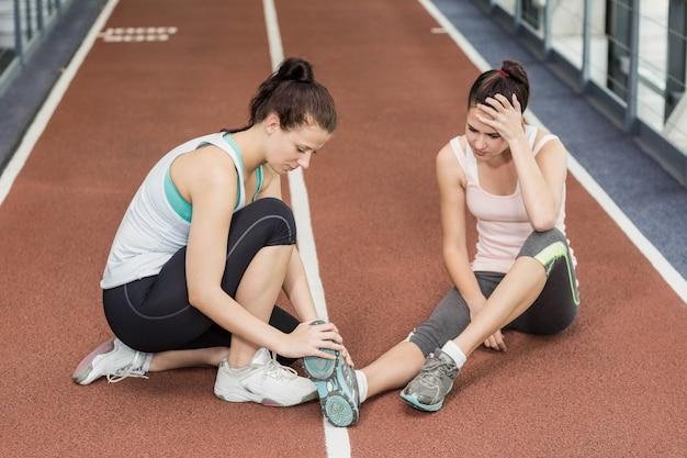 Caber mulher tendo uma dor no tornozelo em crossfit Foto Premium