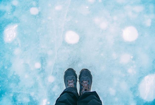 Cabine de viajante em pé na placa de gelo Foto Premium