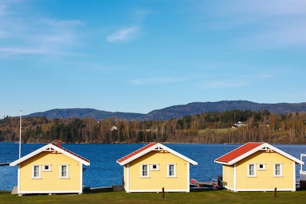 Cabines coloridas com fundo de lago e montanha Foto Premium