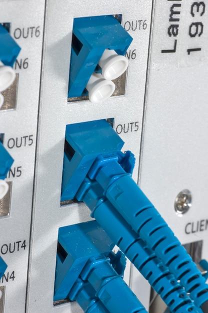 Cabo de fibra ótica conectado ao mainframe Foto Premium