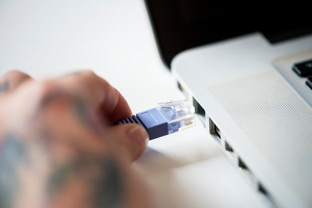 Cabo lan conectado em um laptop Foto gratuita