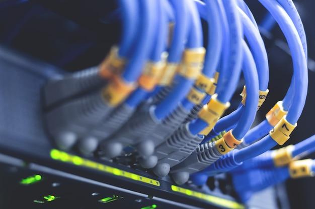 Cabos da rede conectados nos interruptores de rede - conceito do centro de dados. Foto Premium