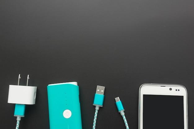 Cabos de carregamento para smartphone na vista superior Foto Premium