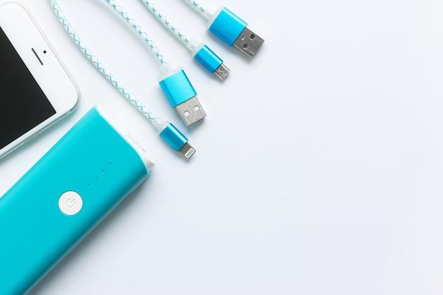 Cabos de carregamento usb para smartphone e tablet em vista superior Foto Premium