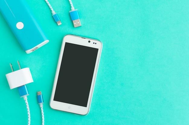 Cabos de carregamento usb para smartphone e tablet na vista superior Foto Premium