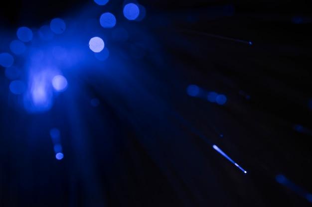Cabos de fibra óptica com luz azul Foto gratuita