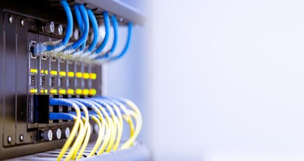 Cabos de fibra óptica de rede e hu Foto Premium